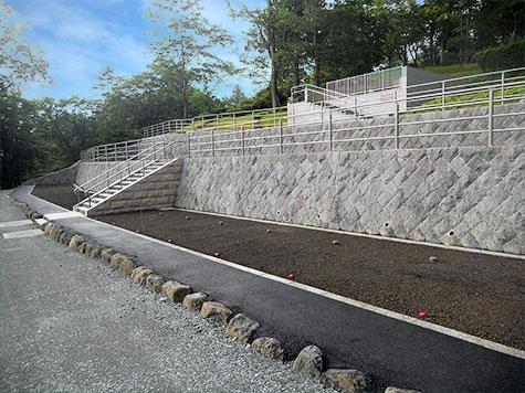 新区画ついおく墓所 階段を挟んで左右・上下段が墓域となります。
