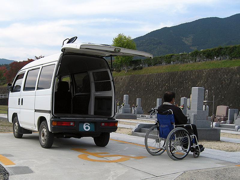 霊地入口に専用駐車スペースを設けています。